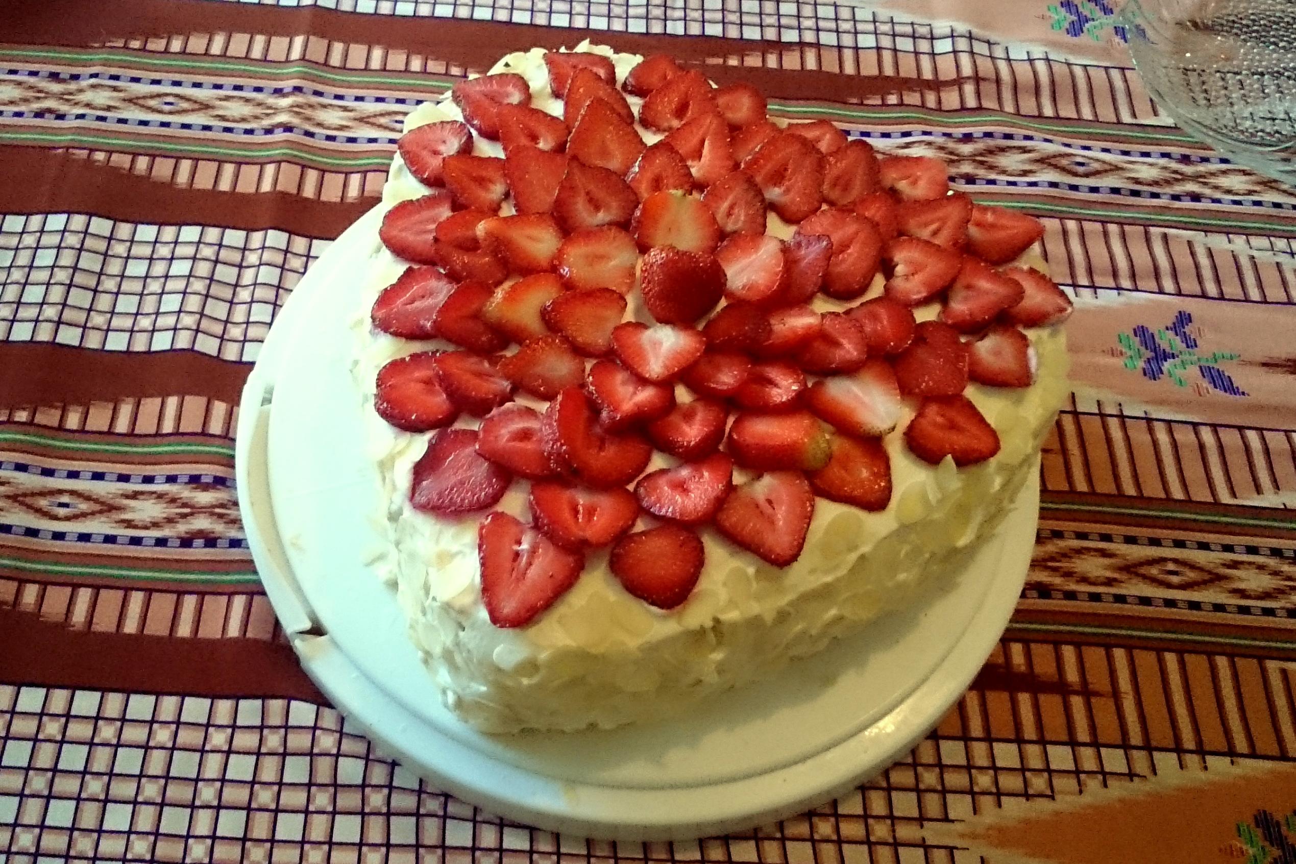 Tort truskawkowo-migdałowy