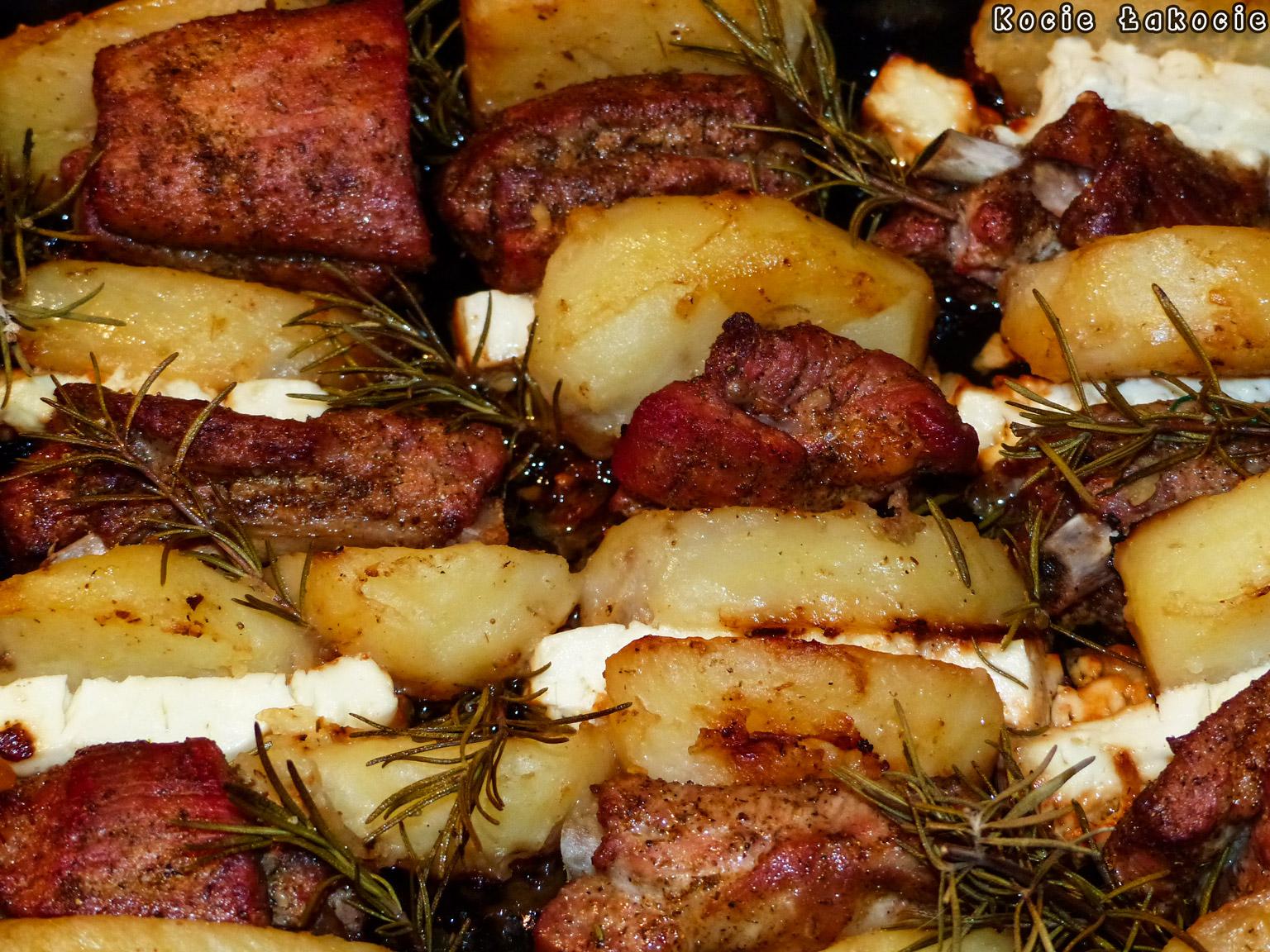 Żeberka pieczone z fetą i ziemniakami