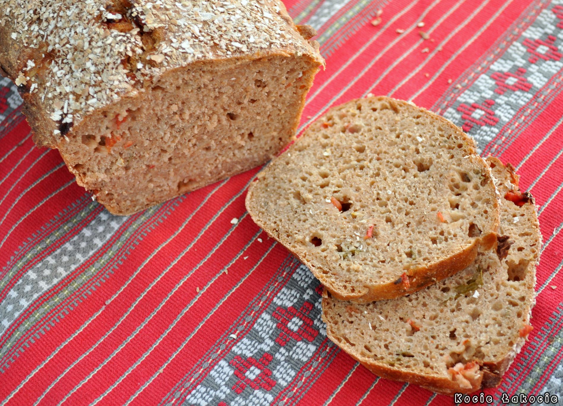 Chleb żytnio-orkiszowy z pomidorami i bazylią