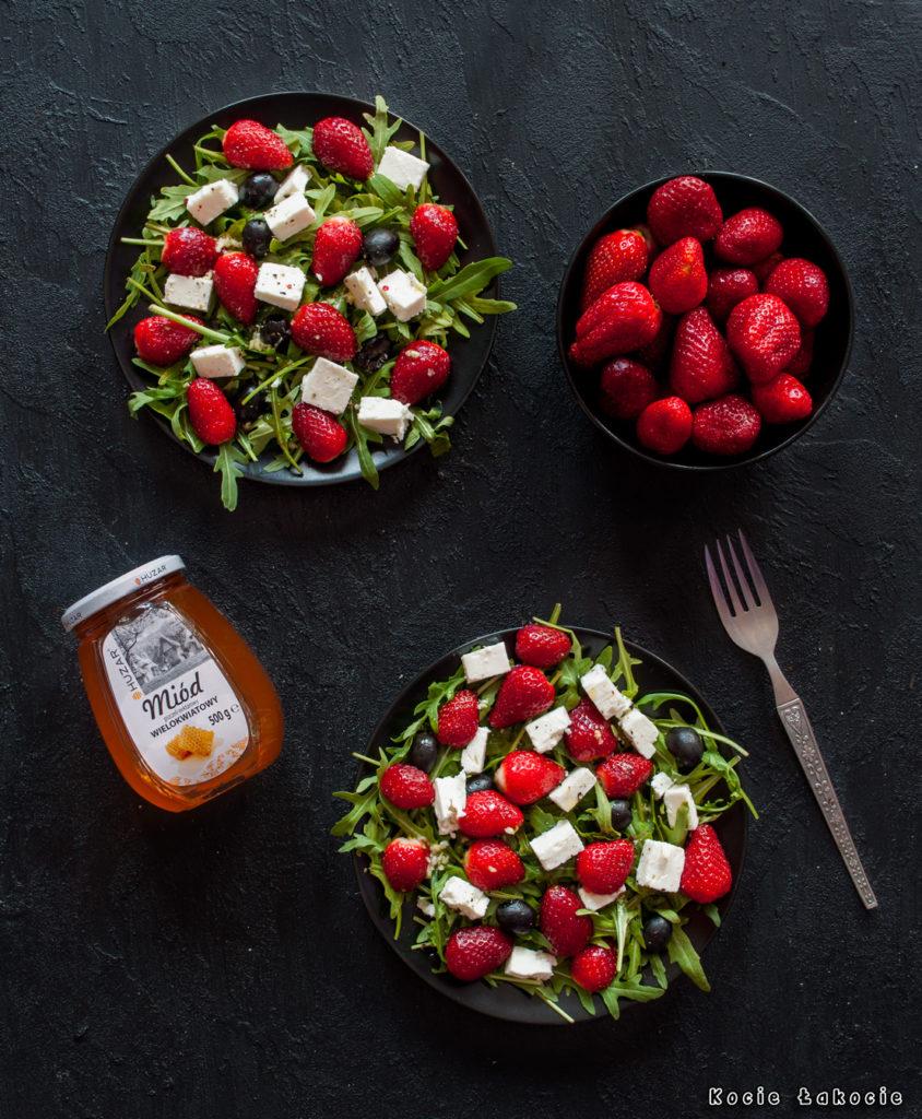 Sałatka z truskawkami, fetą i czarnymi oliwkami