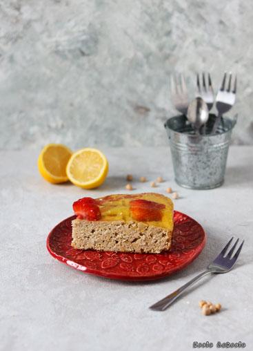 Cytrynowe ciasto z ciecierzycy (z truskawkami)